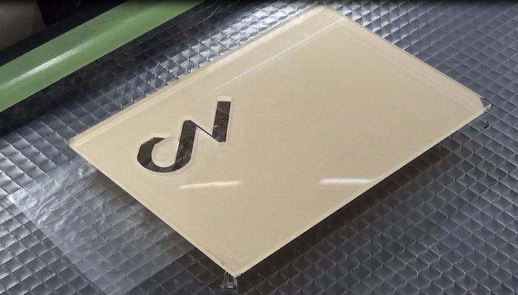 レーザー加工機(カッター)のカット加工をする際に、素材をカッティングテーブルから浮かす理由とは?