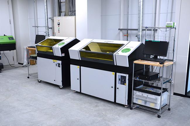 「ローランド ディー.ジー社製 VersaUV LEF-300」はアクリルや革、スマホケースなどあらゆる平面素材に印刷できるUVプリンターです。