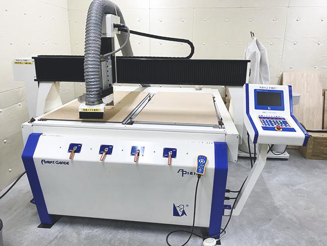 防音壁完備の「木工室」でご利用いただける、刃を回転させて切削加工を行うCNCルーター。電動ドライバー・サンダー・グラインダー(研磨機)など、様々な電気工具も使用できます。