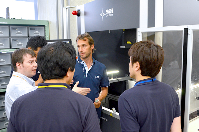 コムネットでは、年に数回、レーザー加工機(カッター)の製造元であるSEI社(イタリア)とGCC社(台湾)へ出張して、メーカーより技術研修を受け、積極的にメンテナンススタッフの技術の強化を図っています。
