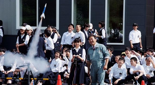 植松様と子供たちのロケット製作体験の授業に使用されているロケットパーツには弊社のレーザーカッターSEI EASYをご活用いただいております。