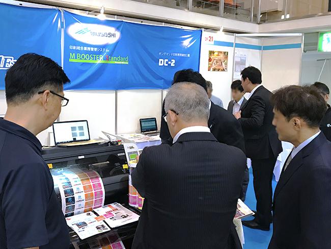GCC社のシール印刷、ラベル印刷向けレーザーカッターは配列複写された 連続印刷のカットができ、ロール幅381mmまで搭載可能です。 「九州印刷情報産業展2018(九州サイン&デザイン ディスプレイショウ)」では デジタルプリントとオリジナルグッズの製作に利用できるレーザー加工機(カッター)と UVインクジェッタープリントを展示致しました。