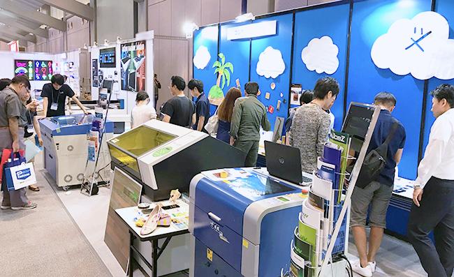 レーザー加工機・レーザーカッター・UVプリンターのデモンストレーションやサンプル展示など盛りだくさん なコムネットブースはたくさんの方に来場いただきました!