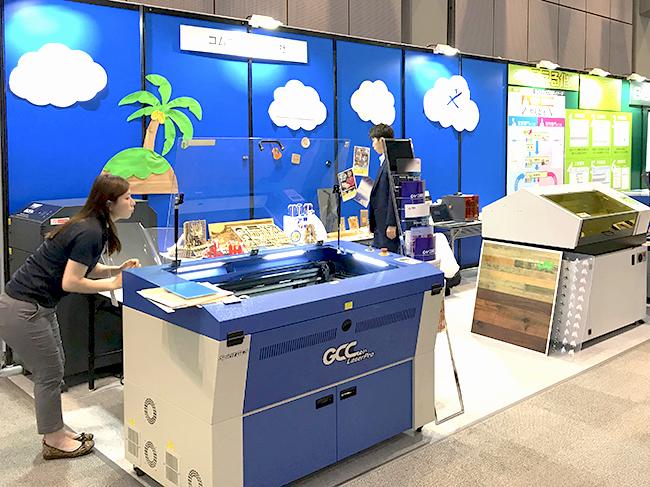 実機としてGCC社のレーザー加工機やローランド ディー.ジー.社の箔転写機、UVプリンターを展示・デモンストレーションしました。