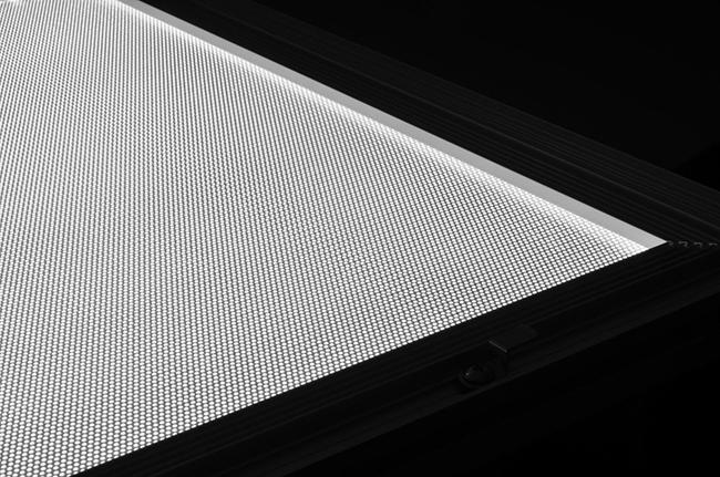 アクリルをレーザー加工機・レーザーカッターで彫刻して作るレーザー導光板は彫刻面が白くなるので通った光を通常は白く発光させます。