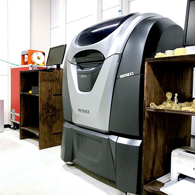 ものづくりデジタルシェア工房「Maker's(メイカーズ)」に設置している3Dプリンター「KEYENCE Agilista(キーエンスアジリスタ )」は、高精細業務用の3Dプリンターです。