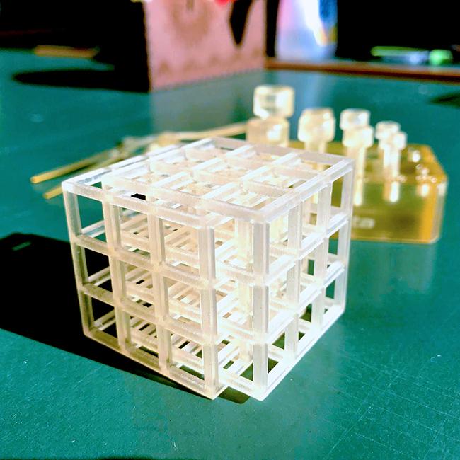 高精細業務用の3Dプリンターだと、こんなに複雑のキューブでも数値の低いピッチと水溶性のサポート材のおかげで製作することも可能です。