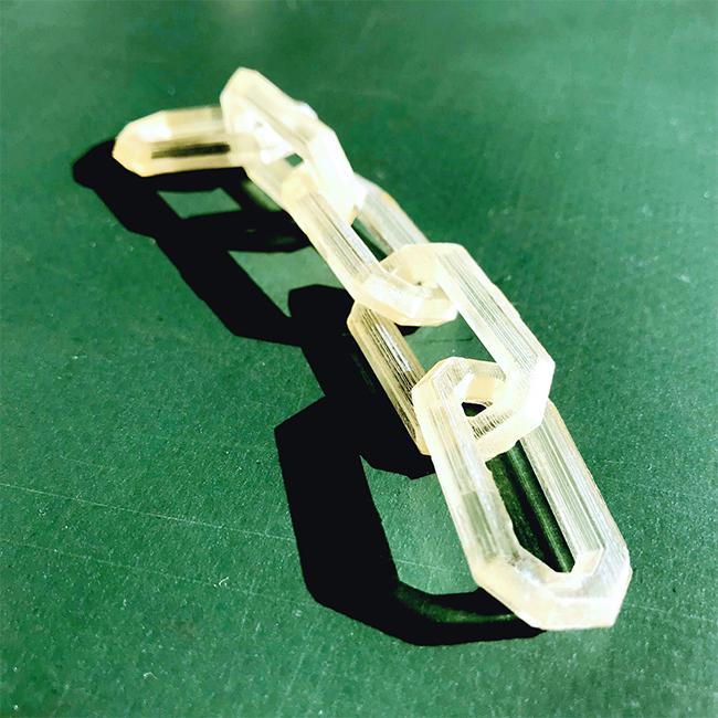 高精細業務用の3Dプリンターアジリスタのサポート材の特性により、鎖を繋がったまま出力でき、部分的にあったサポート材は水溶性で溶けたのでどこも傷をつけることなく出力できました。