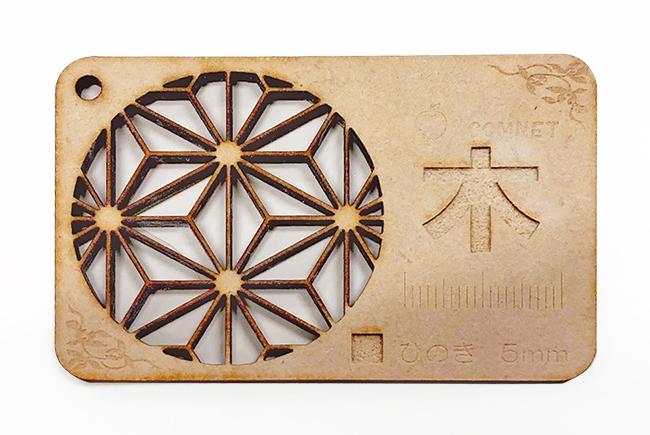 レーザー加工機・レーザーカッターでの木材加工に出てくる『ヤニ』や『焦げ』を落とす方法の4つめ、サンドブラストは普段ガラス彫刻などで使用されますがレーザー加工後の表面をけずることで『焦げ』もきれいに仕上げることができます。