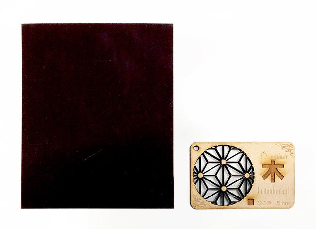 レーザー加工機・レーザーカッターでの木材加工に出てくる『ヤニ』や『焦げ』を落とす方法の3つめ、やすりを使い、汚れ部分を削ることもできます。