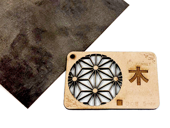 レーザー加工機・レーザーカッターでの木材加工に出てくる『ヤニ』や『焦げ』を落とす方法の3つめ、やすりだと、削れるところのみの『ヤニ』や『焦げ』しか落とせませんが触り心地が滑らかに仕上げられます。