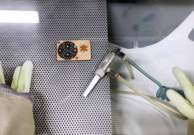 レーザー加工機・レーザーカッターでの木材加工に出てくる『ヤニ』や『焦げ』を落とす方法の4つめ、サンドブラストを使い、汚れを落していきます。