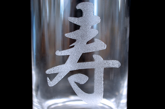 レーザー加工機・レーザーカッターを使用した、ガラスへのレーザー彫刻加工する時に、対策をしないと彫刻面のキメが粗く触り心地悪くサンドブラスターでの後処理が必要となります。