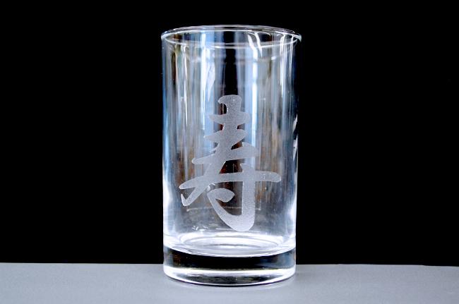 レーザー加工機・レーザーカッターを使用した、ガラスへのレーザー彫刻加工する時に、対策を行うと彫刻面のキメが細かく触り心地が滑らかになります。