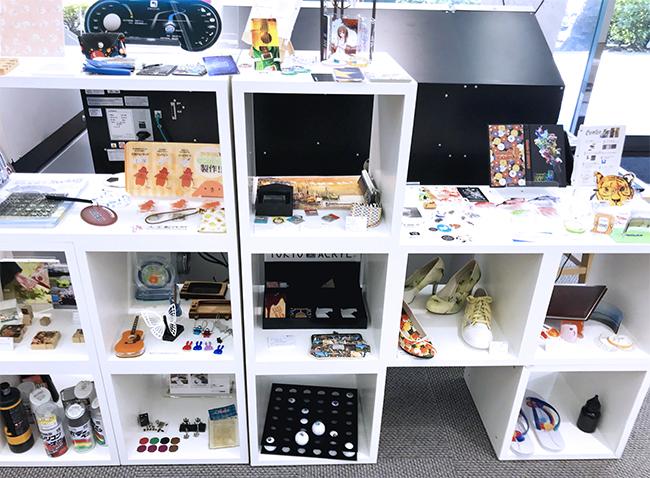 UVインクジェットプリンターの製造元であるローランド ディー.ジー.株式会社様の「東京クリエイティブセンター」ではコムネット株式会社のレーザー加工機・レーザーカッターも常設しており、機械の見学、デモ、テストしてみたい材料の加工などを行っています。
