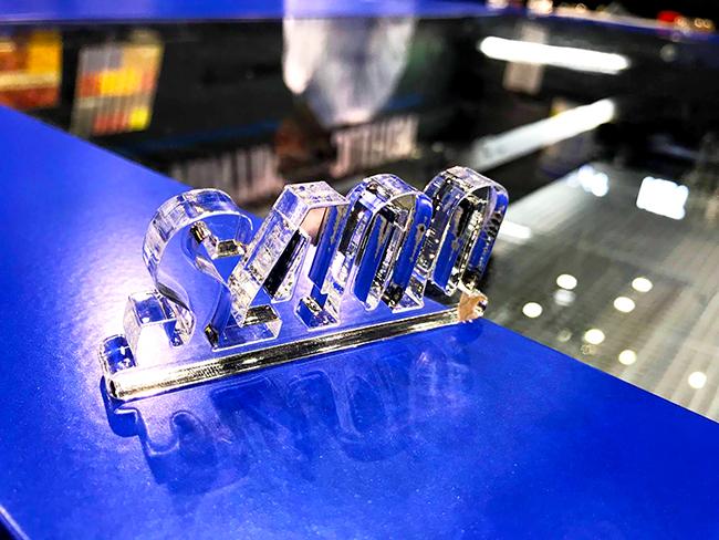 レーザー加工機の新商品「S400」の実演し、10mm幅のアクリルカットをしたサンプルも飾りました。