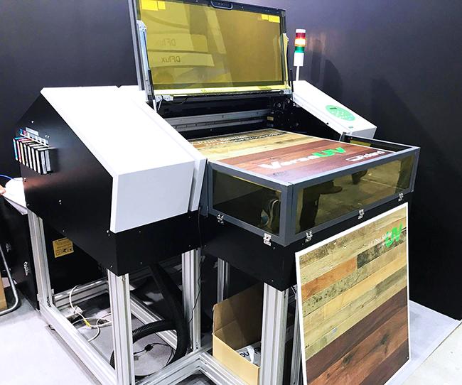 ローランド ディー.ジー.株式会社様からはインクジェットプリンタ、UVLEDプリンタ、レーザー箔転写システムの3機を出展いただきました。