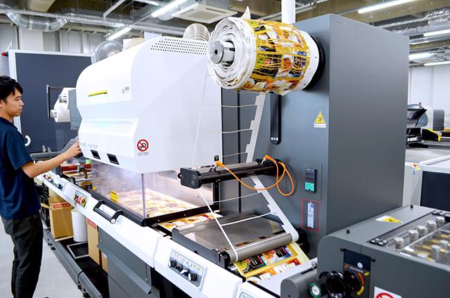 ロールtoロールタイプのシールラベル加工レーザー加工機「Label Master」は展示の中でメインとなっており、高速加工やヘッドの加工品質に驚いていただきました。