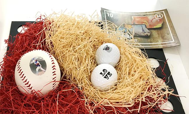 展示したサンプルの野球ボールとゴルフボールの球面はUVインクジェットプリンターで印刷を可能にしました。