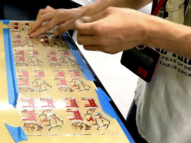 レーザー加工機でアクリル板をカット後、UVインクジェットプリンターで印刷