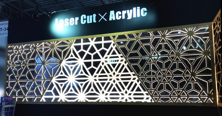 日本最大級の国際インテリア見本市「JAPANTEX 2018」に出展し、インテリア製品の製作現場で活用いただける、細かく速い性能の卓上汎用型で人気が高いレーザーカッター・レーザー加工機についてお客様にご提案し、サンプルのレーザーでデザインカットをしたインテリアブラインドもご覧いただきました。