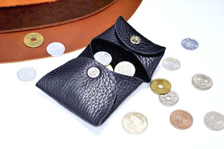 レーザー加工機(レーザーカッター)で合皮(合成皮革)は布の層で構成されているので、本革に比べて形が安定していて取扱いが簡単です。手入れも湿らせたティッシュやスポンジで拭くだけで綺麗になりますが、塩化ビニルを含むPVCの合皮はレーザー加工できません。