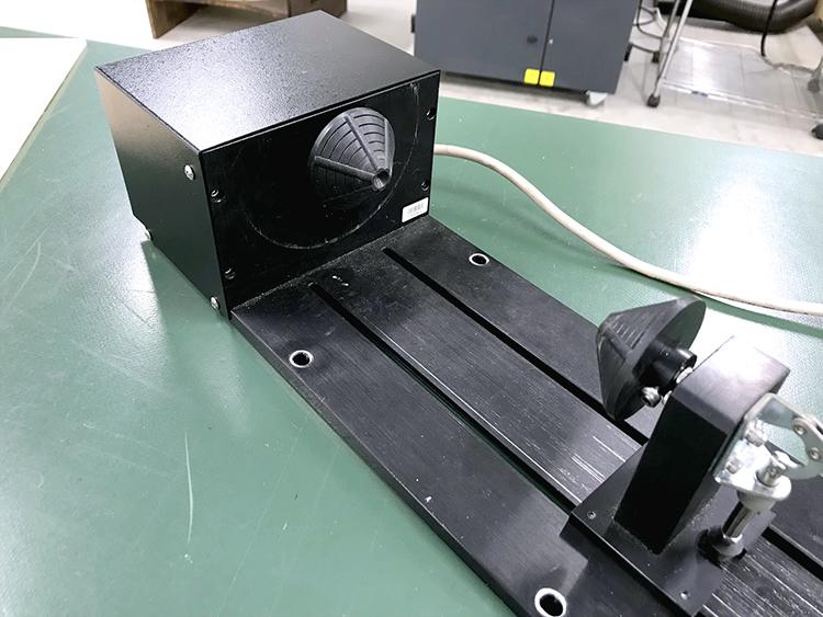 神戸のデジタルものづくり工房Maker'sには、木やアクリルをレーザー彫刻するときにレーザー加工機(レーザーカッター)に取り付ける、専用の回転装置(ロータリーアタッチメント)があるので、グラスなどの円筒状のものにも彫刻することができます。