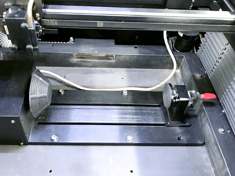 神戸のデジタルものづくり工房Maker'sにてレーザー加工機(レーザーカッター)とサンドブラスト機を使用して制作できるグラス彫刻の工程に、木やアクリルをレーザー彫刻するときにレーザー加工機(レーザーカッター)に取り付ける、専用の回転装置(ロータリーアタッチメント)を使用します。