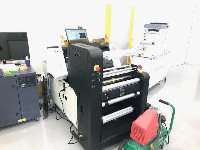 レーザーカッター(レーザー加工機)GCC社LaserProシリーズLabelExpressはシール、ラベル向けのロールtoロール式です。