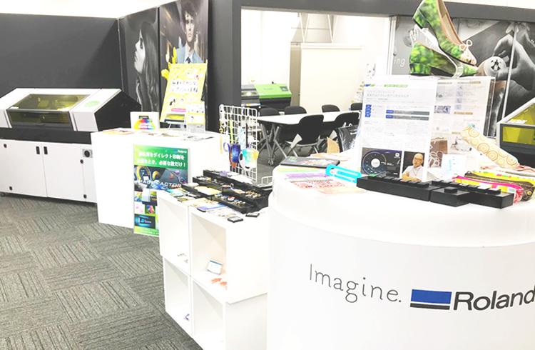 ローランド ディー.ジー.株式会社様の「名古屋クリエイティブセンター」は、コムネットのレーザー加工機(レーザーカッター)の実機を展示いただいているショールームです。