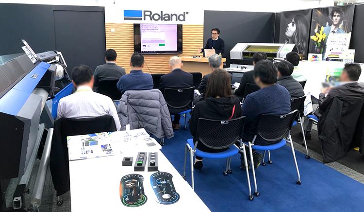 ローランド ディー.ジー.株式会社様のショールーム「名古屋クリエイティブセンター」では、定期的にレーザーカッター(レーザー加工機)やUVプリンターに関するイベントやセミナーを開催しております。