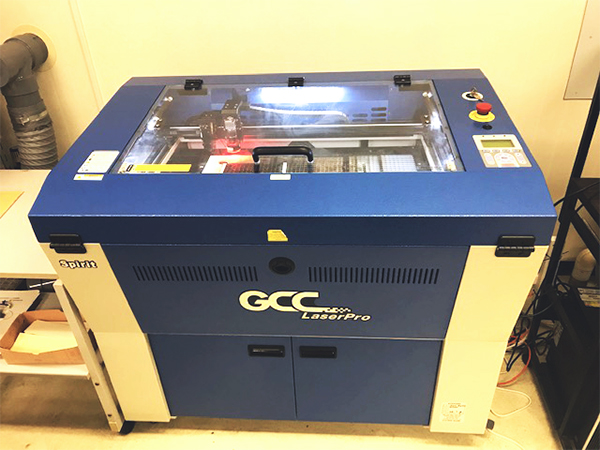 株式会社ビーバープランニングセンター様は、アクリル製ピンバッジや特殊なアクリル加工技術で、レーザーカッター(レーザー加工機)を使用した自社独自のオリジナルグッズ製作をされています。