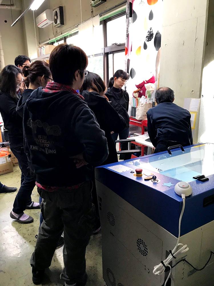 劇団の四季様とのレーザーカッター(レーザー加工機)講習会は、小道具や衣装に使用する生地やアクリルや木など多岐にわたる材料を検証しました。