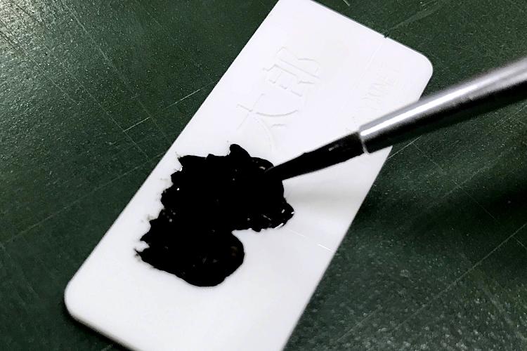 アクリルへの色入れテクニック入門:筆で塗料を塗ります