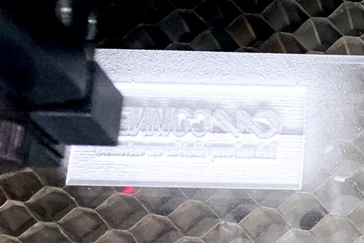アクリルでつくる革の押し型:レーザー彫刻をしている様子