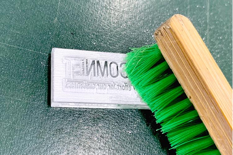 アクリルでつくる革の押し型:アクリルの削りカスをブラシで除去する