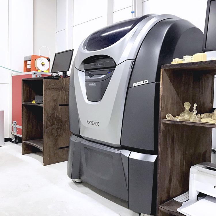 神戸のMaker's(メイカーズ)の設備内にある3DプリンターKEYENCE Agilista(キーエンスアジリスタ )