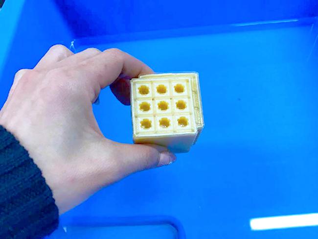 3Dプリンター出力代行サービスで出力した造形物は、サポート材をつけたままお客様のもとへ発送します。