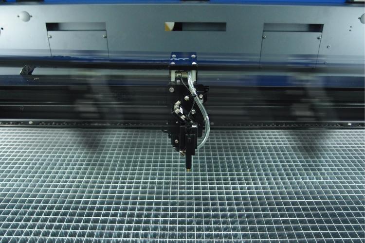 レーザーカッター S400の特徴:最高速度140ips(3556mm/秒)