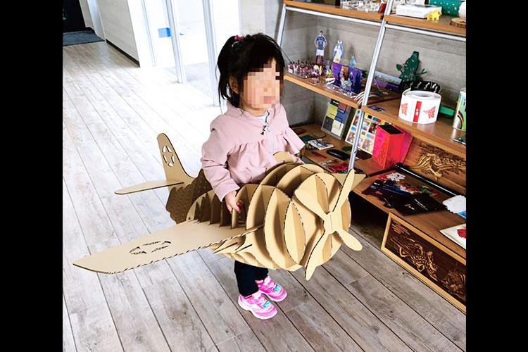 子供が入れる飛行機の模型をダンボールでテスト加工してみました。