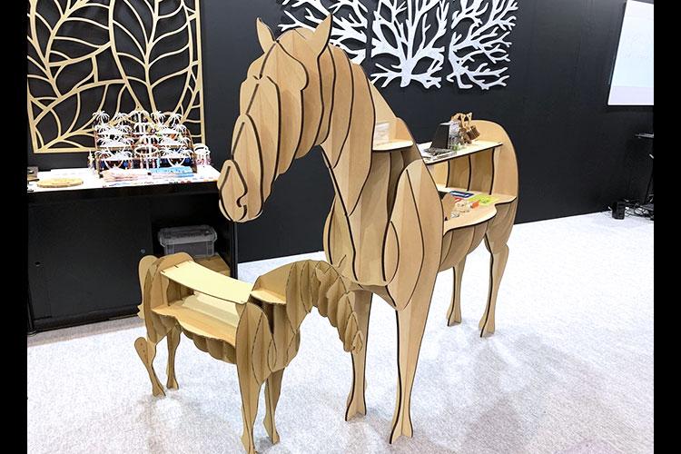 馬型の棚什器の「SIGN EXPO 2019」での姿