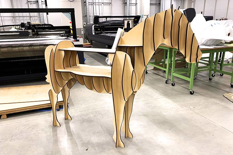 馬型の棚什器を組み立てて完成