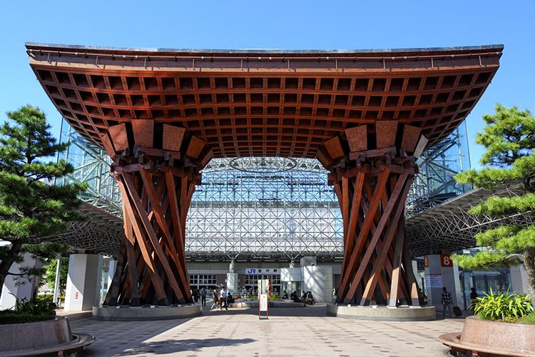 金沢駅前の鼓門(つづみもん)