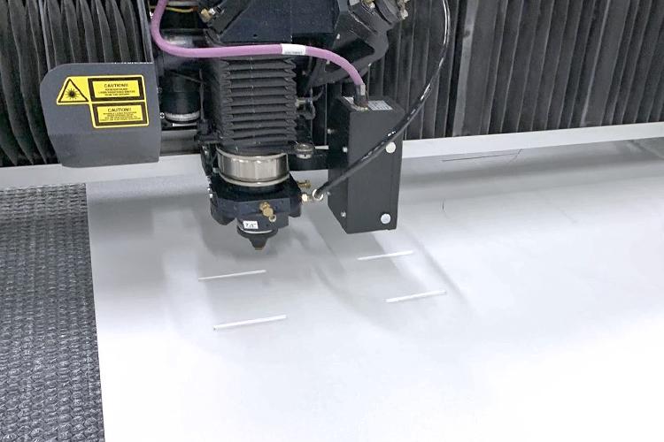 レーザー加工機 SEIシリーズ Mercury609 1530(400W)で発泡パネルを切り出します。