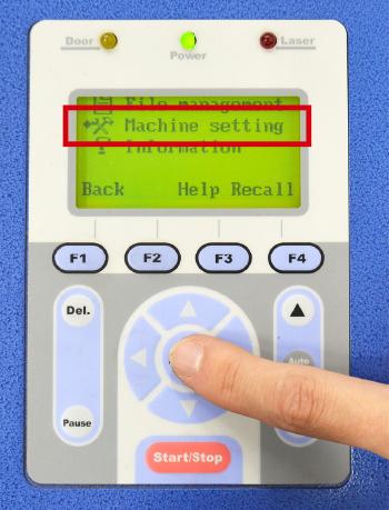 コムネットのGCC社製レーザーカッター・レーザー加工機の加工テーブルを任意の高さまで下げる方法:「machine setting」を押す。