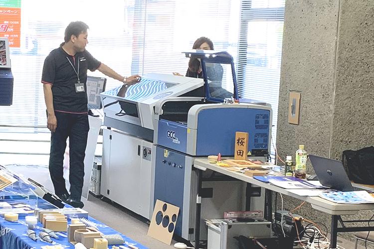 コムネットからは、紙、アクリル、木工などがレーザー加工できるレーザービジネスのスタートアップに最適なレーザーカッター(レーザー加工機)C180を出展いたしました。