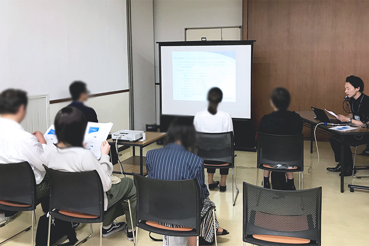 岡山県で開催された、コムネットとローランドD.G様の共催イベントでは、ギフト・ノベルティ系のビジネスで機械やノウハウなどをセミナーでお客様にご紹介し、弊社もレーザーカッターとUVプリンターのレーザービジネスのノウハウをご紹介しました。