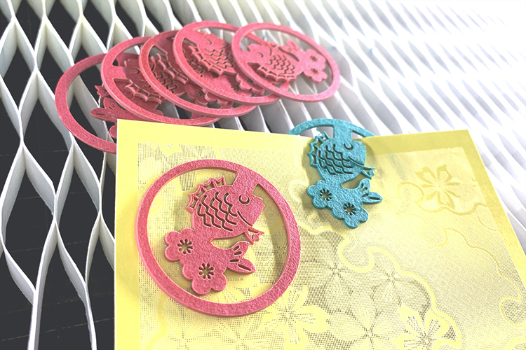 SEI社製ガルバノ式レーザー加工機(レーザーカッター)サンプル:レーザーカットした鯛の紙クリップ、レーザー彫刻をしたペーパーアート