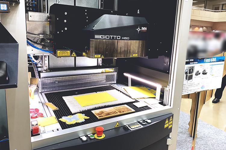 SEI社製ガルバノ式レーザー加工機(レーザーカッター)は、繊細なレーザーカット・レーザー彫刻を紙加工や木板ににもご活用いただけるので印刷業界やギフト・ノベルティ業界でもご利用いただけます。