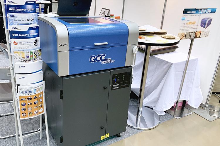 紙へのレーザーカット、レーザー彫刻などのペーパーカット加工以外にも、木やアクリルにもご活用いただけるレーザーカッター(レーザー加工機)GCC社製 LaserProシリーズ 「C180II」